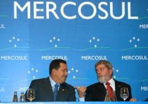 Presidente de Venezuela Hugo Chavez (izq) y el de presidente de Brasil, Luiz Inacio Lula da Silva durante un receso en las actividades de la 32da cumbre del MERCOSUR el 18 de enero de 2007 en Rio de Janeiro, Brasil. (SERGIO BARROS/AFP/Getty Images)