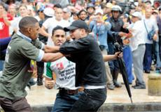 Polarización. Dos estudiantes capturan a un infiltrado chavista en las marchas estudiantiles en Caracas.