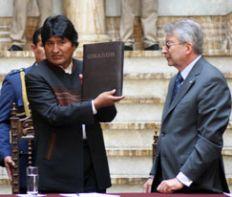 Rodolfo Mattarollo haciendo entrega del informe de UNASUR sobre los hechos en Pando