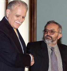 José Vicente Rangel estrecha la mano de Raúl Reyes
