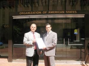 Alejandro Peña Esclusa y Jaime Restrepo, denunciando ante la OEA las violaciones de Derechos Humanos en nuestro países