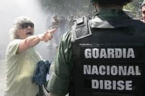 El pueblo se levanta contra Chávez- Una valiente anciana le enrostra a un policía a quién le debe lealtad