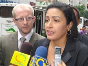 Indira R. de Peña-Esclusa junto a Adrián Oliva